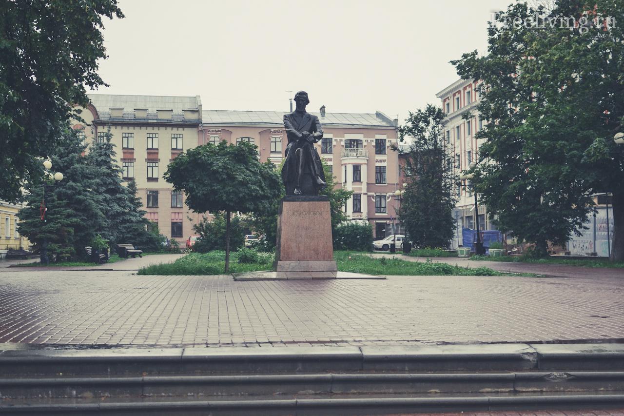 Памятник Добролюбову на Театральной площади, Нижний Новгород